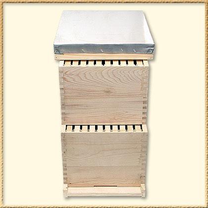 К основным частям таких ульев относят: 1 - дно отъемное; 2 - корпус; 3 - гнездовая рамка размерами 435х300 мм (12 шт) ;